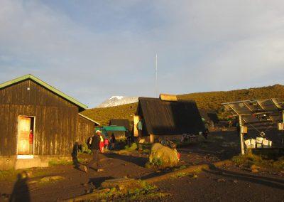 reggel 7 óra kezdődik a nyüzsgés a 3720-as táborban, háttérben a csúcs